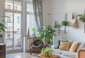 urbanes wohnzimmer mit vielen pflanzen altbau wohnzimmer