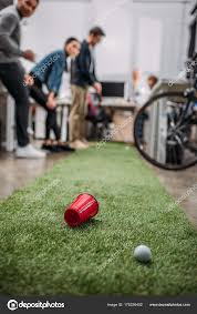 mini golf de bureau gens heureux jouer mini golf bureau moderne photographie