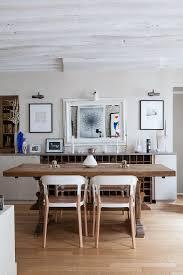 moderne stühle am rustikalen holztisch bild kaufen