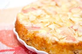 apfelkuchen mit quark und mandelblättchen auf porzellanteller closup
