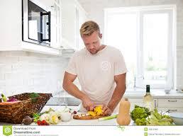 mann der zu hause die zubereitung des salats in der küche