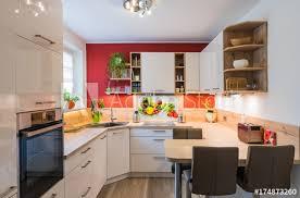 moderne u form küche mit glas spitzschutz und