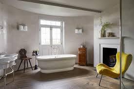 gelber sessel im klassischen bad mit bild kaufen