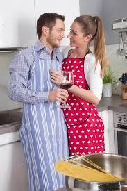couples amour cuisine en amour cuisine ensemble dans la cuisine et que le vin de