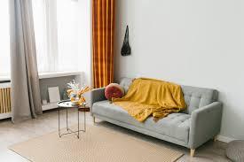 graues sofa im wohnzimmer im skandinavischen