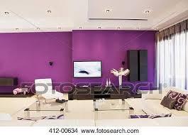 lila wand in luxus wohnzimmer bild 412 00634 fotosearch