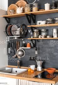 design moderne küche im loft und rustikalen stil holzregale mit verschiedene gläser auf einer dunklen wand stockfoto und mehr bilder architektur