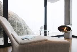 stuhl und kamin im modernen wohnzimmer kopierraum