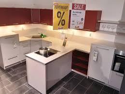 moderne rote küche mit insellösung