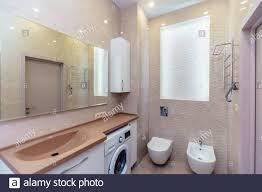 bad mit braunem waschbecken und arbeitsplatte weiße