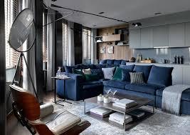 wohnzimmer dunkelblaues ecksofa graue vorhänge küchenzeile