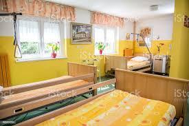 senioren schlafzimmer im pflegeheim stockfoto und mehr bilder altersheim