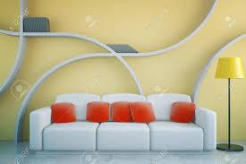 frontansicht des futuristischen wohnzimmer interieur mit roten kissen auf weißen stehle und abstrakte regale auf gelbem betonwand
