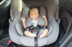 siege auto nouveau né bébé nouveau né mignon asiatique dormant dans le siège de voiture