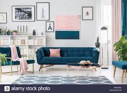 modernes wohnzimmer innenraum mit blauen sofa teppich