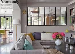 cuisine et maison canapé gris coussins colorés vitre type industriel entre cuisine