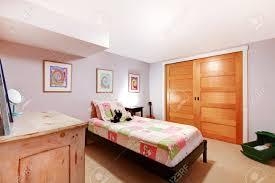 rosa mädchen kinder schlafzimmer im untergeschoss mit schranktüren und kommode