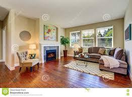 gemütliches wohnzimmer mit kamin beige wänden und