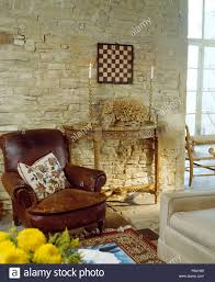 braunes leder sessel neben antiken tisch in scheune