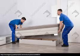 stock bild 23599810 zwei männer die sofa im