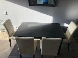esszimmer mit tisch stühle und bank