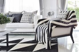 moderne wohnzimmer interieur mit schwarz weiß karomuster kissen auf liegestuhl stockfoto und mehr bilder behaglich