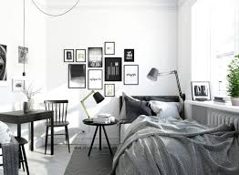 bett vor fenster schlafzimmer schwarz weiss gestalten