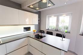 designküche hochglanz weiß mit integriertem fernseher mit