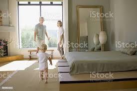 paar und baby im schlafzimmer stockfoto und mehr bilder 25 29 jahre