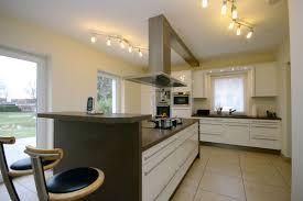 küche mit großer kochinsel und theke bäumel gmbh