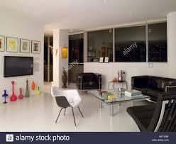 wohnzimmer mit sitzecke mit couchtisch aus glas und