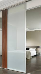 verschiebbare glastrennwand für das schlafzimmer