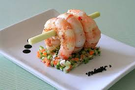 dressage des assiettes en cuisine grosses crevettes sur tartare de légumes la cuisine de mercotte