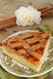 stück kuchen gefüllt mit pfirsich marmelade