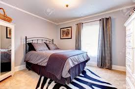 lavendel gemütliches schlafzimmer mit rustikalen eisenrahmen bett rustikal weiß hölzerne wäschespeicher und zebra teppich