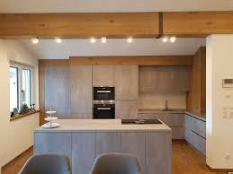 küche in harter betonoptik und weicher eichenverkleidung m