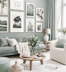 stylische bilderwand mintgrünes wohnzimmer illustrationen poster eichenrahmen