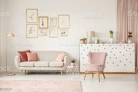rosa wohnzimmer mit poster stockfoto und mehr bilder blume