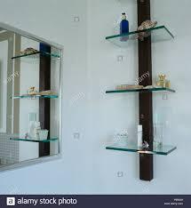 spiegel und glas regale in der modernen badezimmer