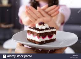 frau weigert stück leckeren kuchen angeboten die einer