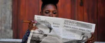 Une Femme Afro Américaine En Lisant Le Journal Fidel Castro 1926 2016 Rfi Savoirs