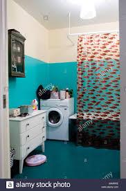 duschvorhang und waschmaschine im badezimmer schweden