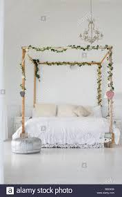 dekoration in einem schlafzimmer stockfotografie alamy