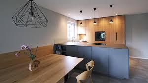 offene küche aus eiche neolith und grauem lack