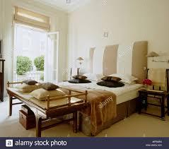 eine moderne neutral schlafzimmer doppelbett mit