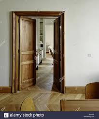 teilansicht wohnzimmer durch geöffnete tür stockfotos und