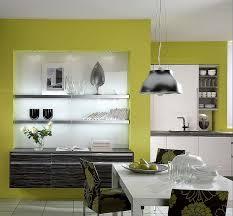 offene küche mit essbereich und sideboard aus weißer und