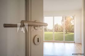 neubau immobilie umzug in neue wohnung tür in modernes