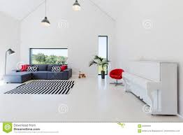 geräumiger offener raum mit sofa stockbild bild