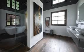 freistehende acryl badewanne im modernen familienbad kreuz